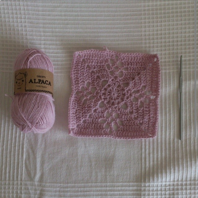 Bet this one is super soft! @virkatmedtiina is using alpaca for her squares!